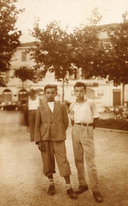Luigi Volpi (a-sinistra) e Felice Vanelli - Lodi - Piazza castello - inizio anni '50