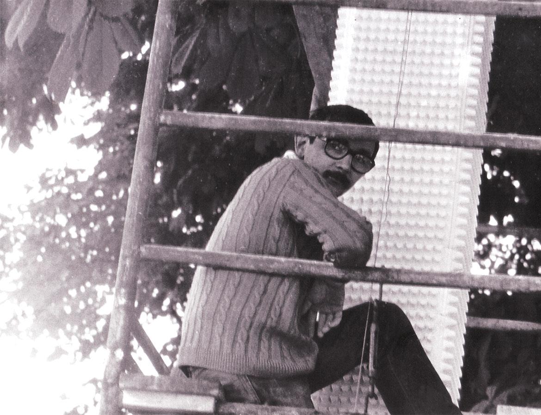 Luigi Volpi durante l'installazione di una scultura dell'amico Adelio Maronati Milano, primi anni '70