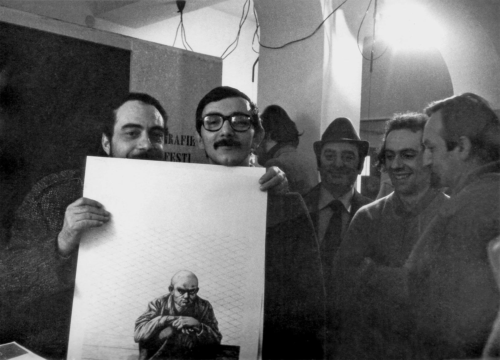 "Luigi Volpi (a destra) e Luigi Biffi alla ""galleria 23"" - Cremona - 1974"
